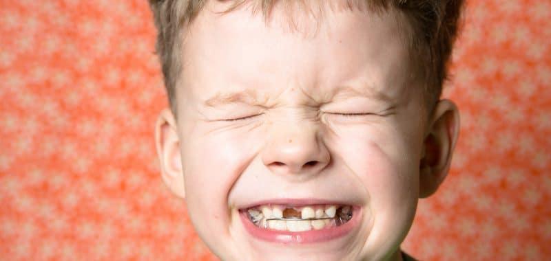 La dentista dei bambini insegna la prevenzione orale ai più piccoli