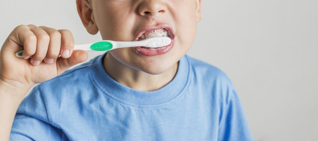lavare i denti - sbiancare i denti con bicarbonato