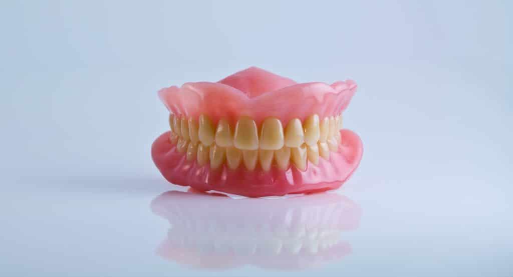 Bocca finta che mima l'occlusione della mandibola per capire cos'è la gnatologia