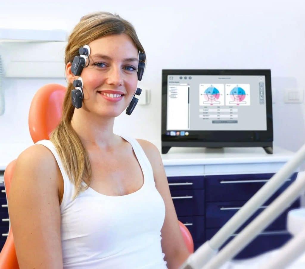 Paziente con elettromiografo per visita