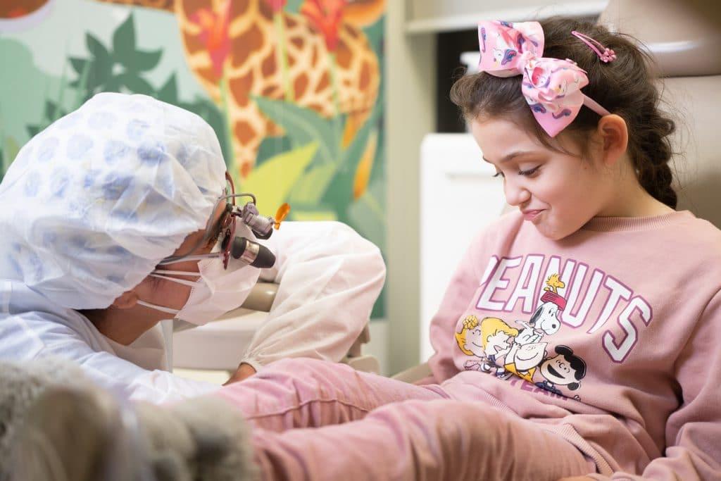 prima visita dal dentista per bambini - pedodonzista con bambina