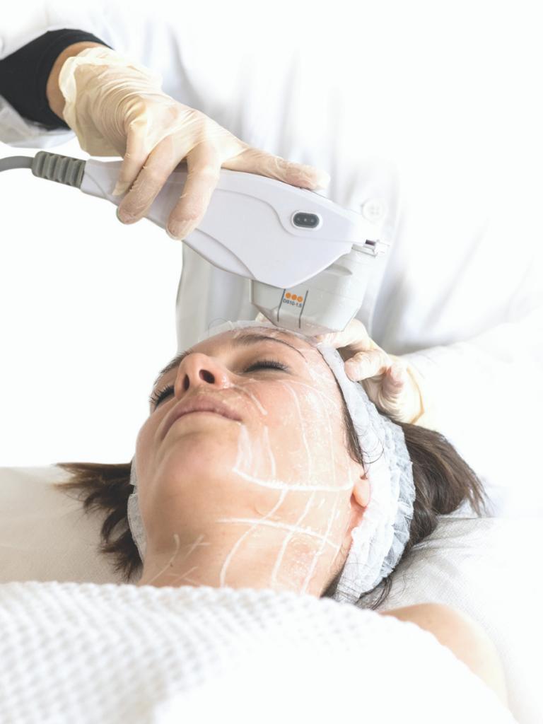 Paziente donna sdraiata che si sottopone a ossigenoterapia viso