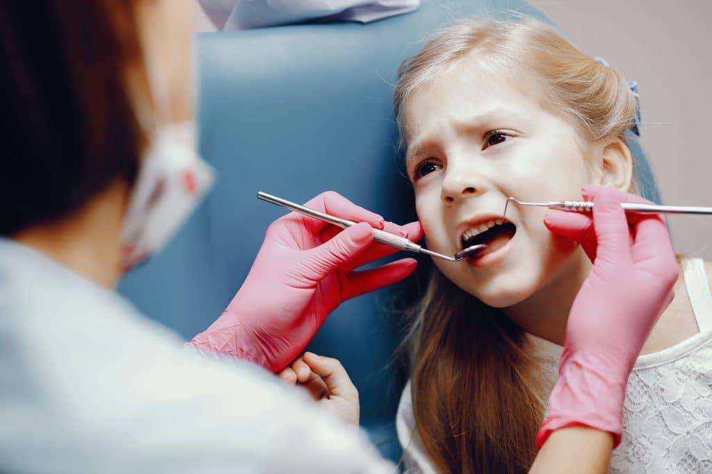 Bambina durante visita che ha paura del dentista