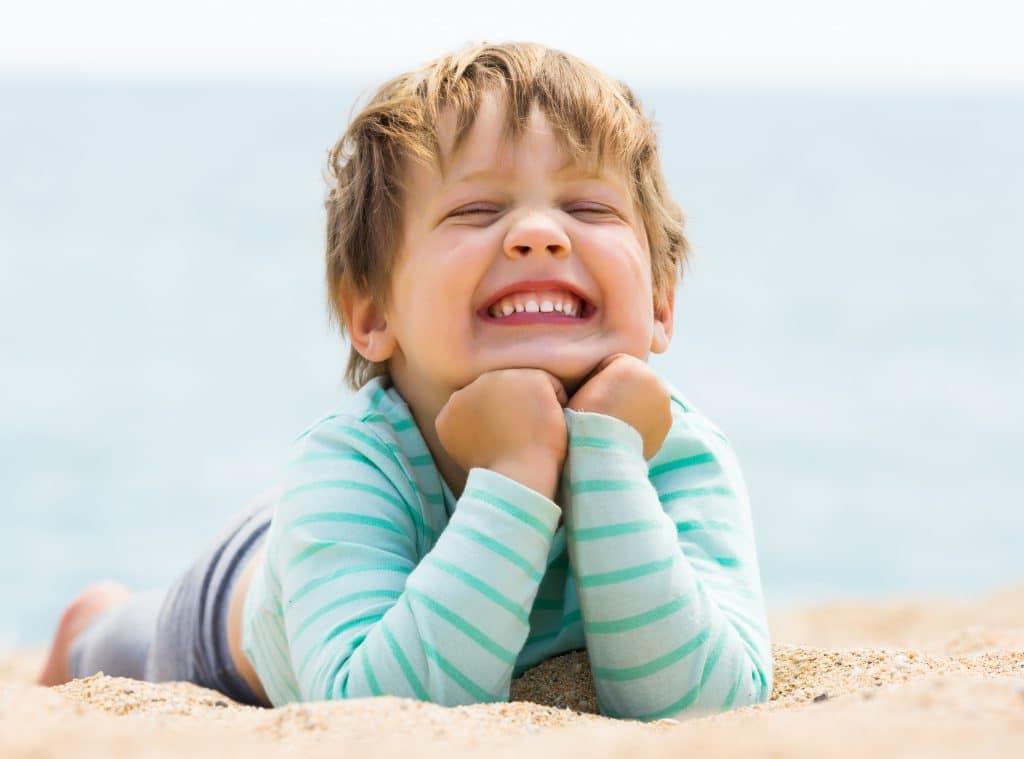 Bambino che sorride e mostra i denti da latte - dentista dei bambini