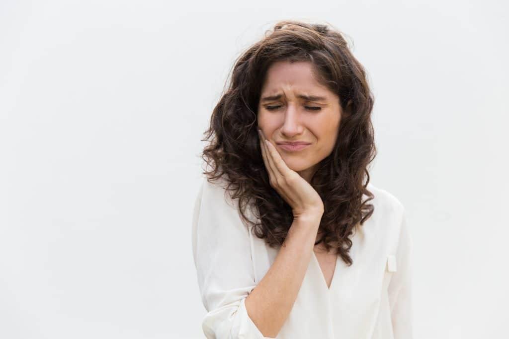 Donna con mal di denti, forse ha bisogno di estrazione di un dente