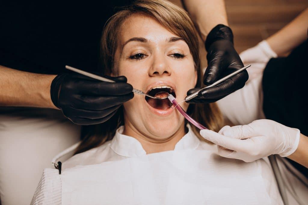 donna in visita dal dentista per prossima estrazione di un dente